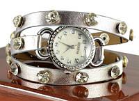 Серебрястые часы на длинном ремешке