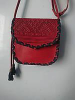 Червона шкіряна сумочка