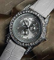 Часы Guess на белом ремешке с камнями 159