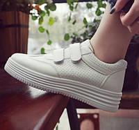 Белые кроссовки женские на липучках и платформе