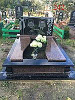 Пам'ятник подвійною з базальту, лабрадоритів і жадковского граніту