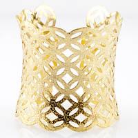 Красивый широкий золотой браслет в греческом стиле