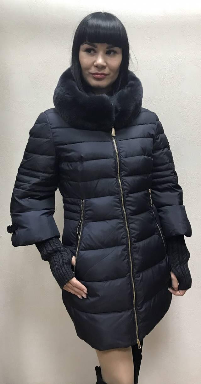 Пуховик пальто с капюшоном и вязанными рукавами синее