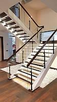 Стеклянное ограждение лестницы на стальных стойках