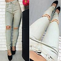 Женские светлые джинсы с разрезами на коленах