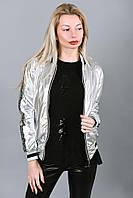 Женская серебряная куртка-бомбер с принтом на рукавах, фото 1