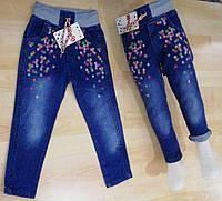 Джинсы для девочек 2-6 лет синего цвета на резинке с вышивкой оптом