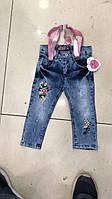 Джинсы для девочки 1-4 лет синего цвета с вышивкой на подтяжках розового цвета оптом