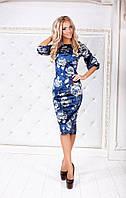 Красивое женское бархатное платье с цветным принтом