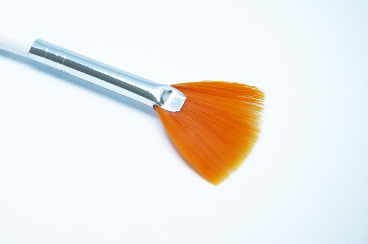 Веерная кисть синтетическая, белая ручка