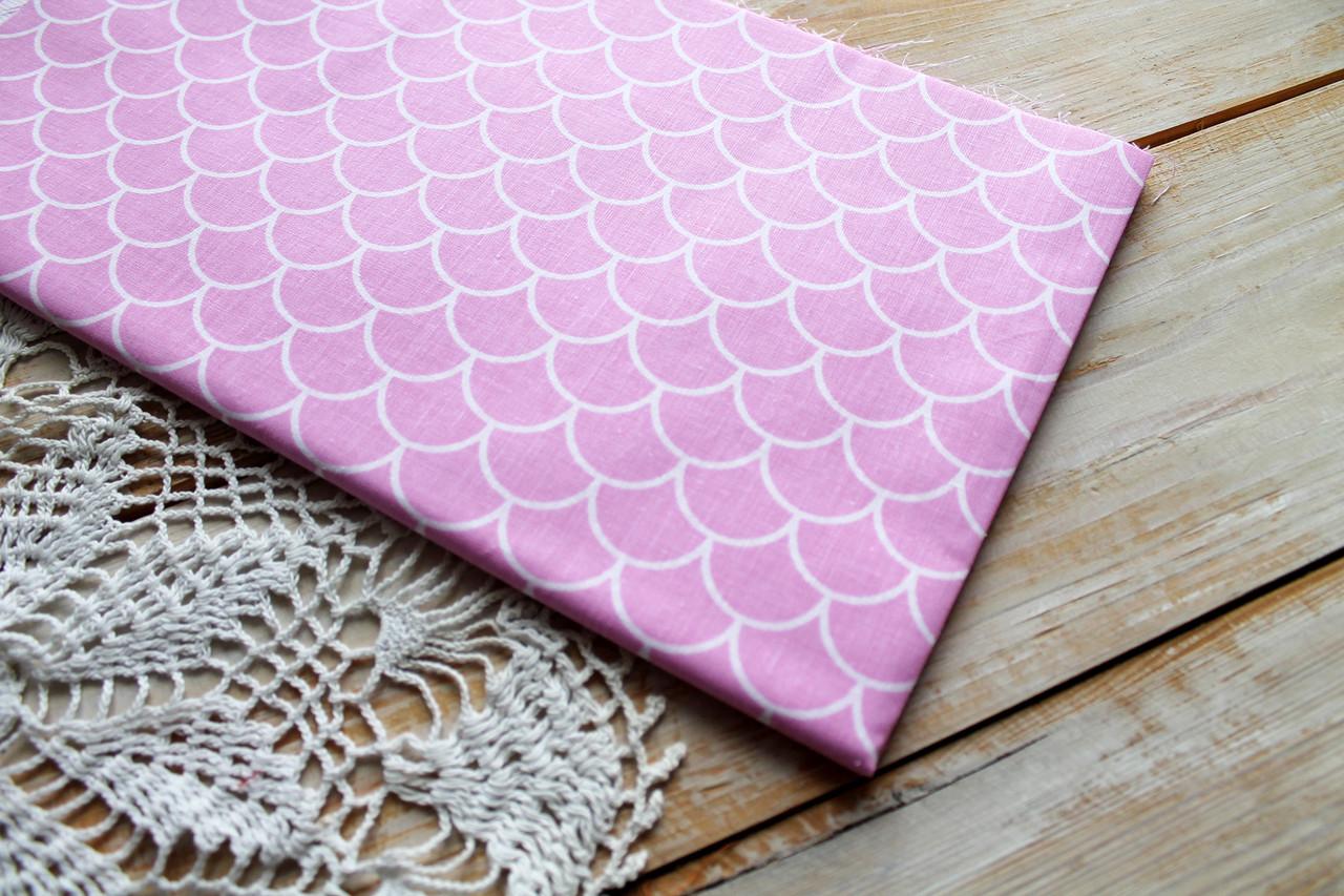 Лоскут ткани 50х50 см чешуйки на розовом (польский хлопок)
