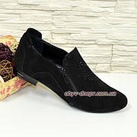 Женские туфли из натуральной черной замши, декорированы накаткой камней