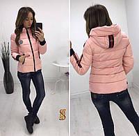 Женская стильная куртка с полосками на рукавах и капюшоне