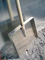 Лопата снегоуборочная алюминиевая трехбортная прямая с деревянной ручкой (АМГ3) 400х370мм