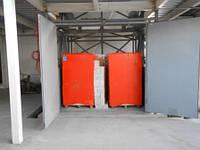 Подъемник складской клетьевого типа на производственном складе