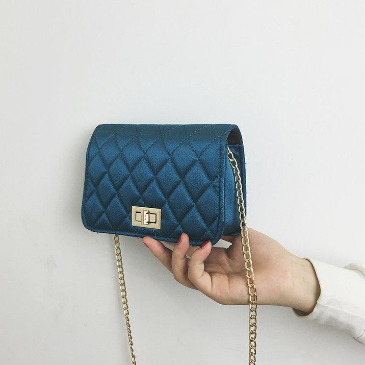 Маленькая сумочка из атласа