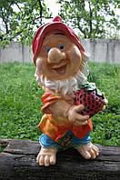 Статуэтка садовая Гном с клубникой Оч.Большой