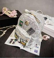 Модный рюкзак с налепками