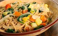 Спагетти с соусом и овощами