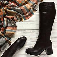 Женские кожаные сапоги на невысоком каблуке. Модель отшивается в зимнем и демисезонном варианте