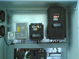 Преобразователи частоты Hitachi в шкафу.