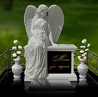 Ангел из мрамора сидящий на постаменте