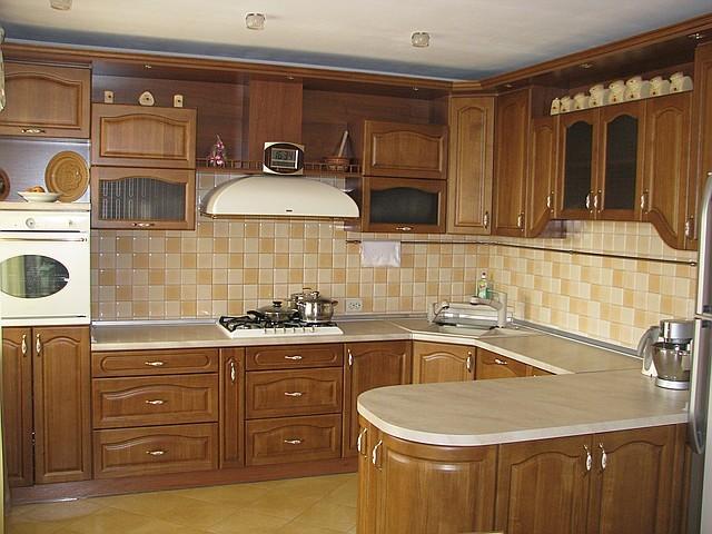 Кухонная  мебель из натурального дерева.