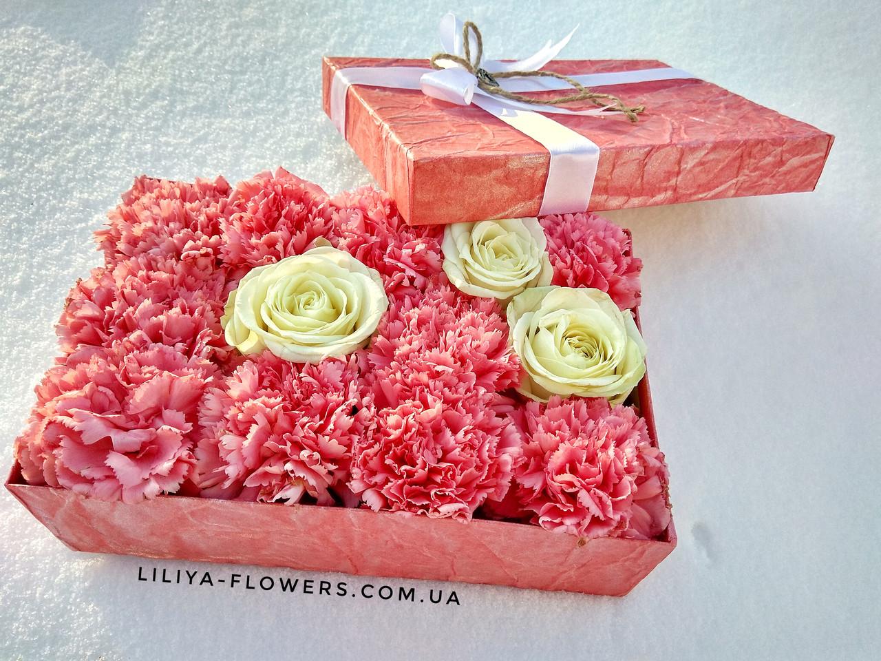 """Коробка с розами и гвоздиками """"Зефир"""""""
