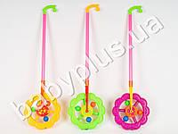 Каталка на палке, колесо, трещотка, 3 цвета, в кульке