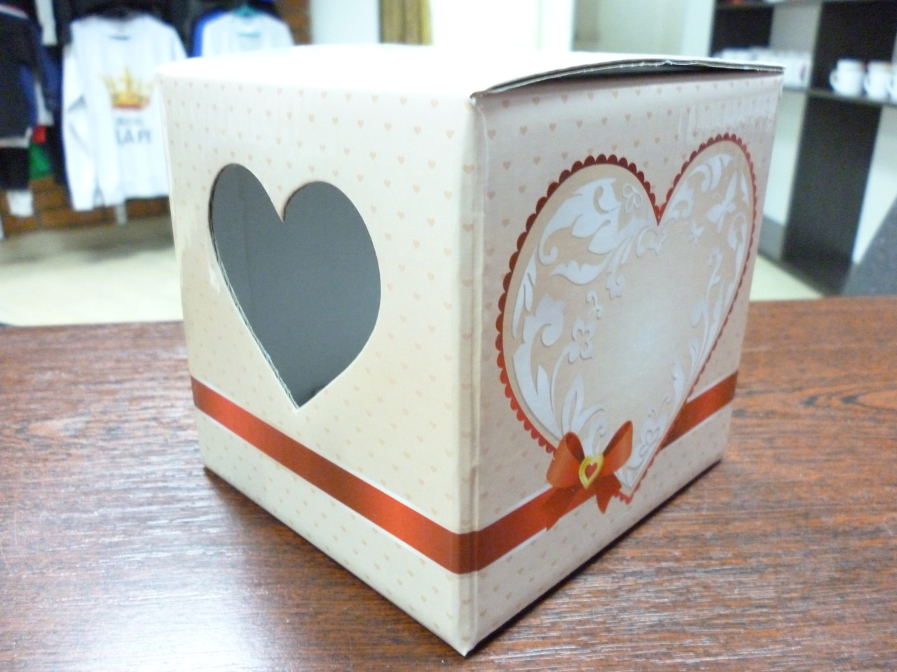 Подарочная коробка для чашки с окошком в виде сердца, бежевая