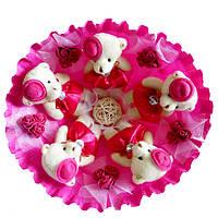 Букет из 5 мягких игрушек Мишки в шляпках малиновый