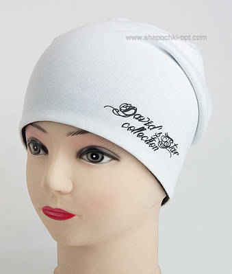Осенняя удлиненная белая шапка  для девочки.