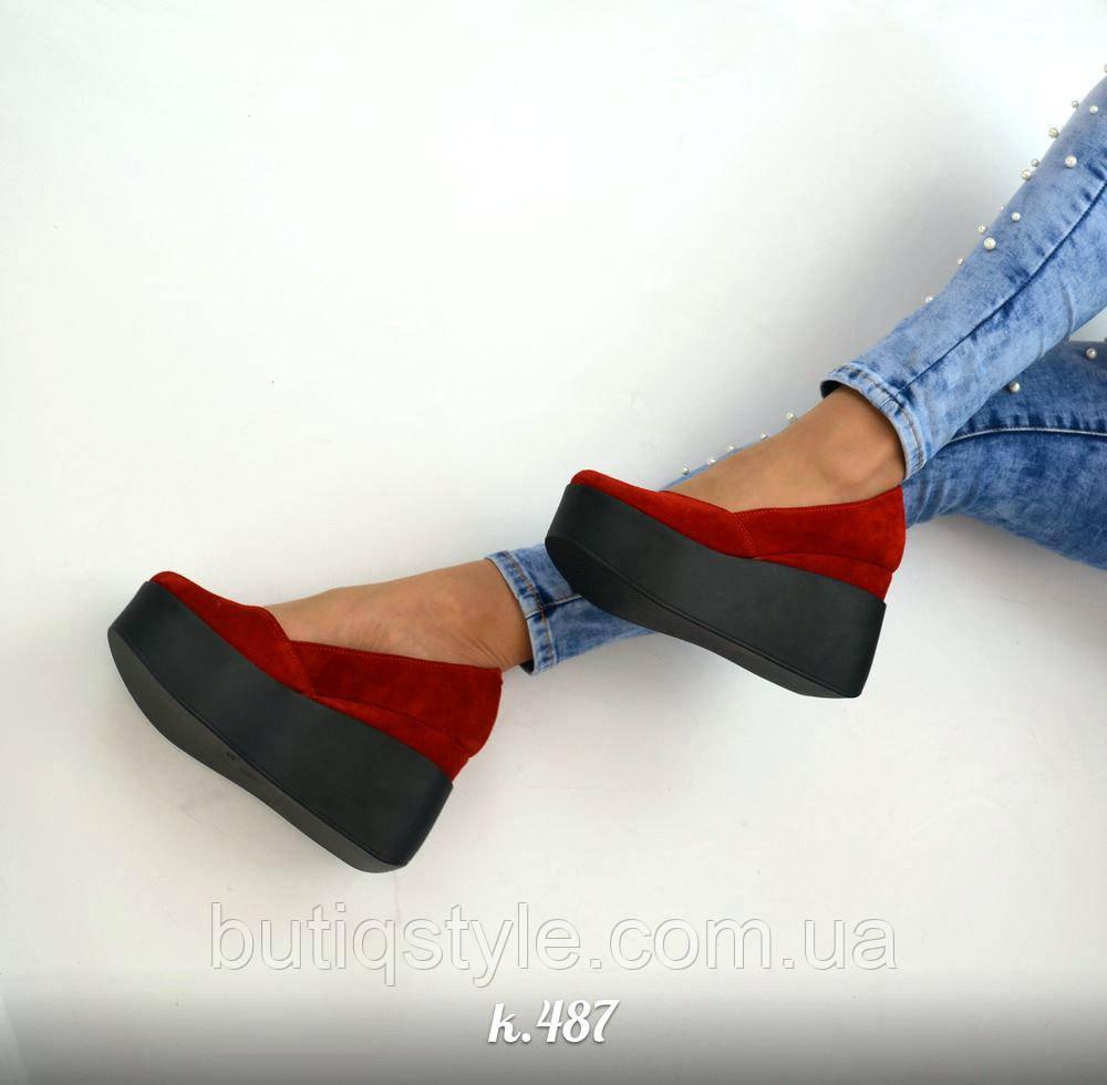 Только 37 размер! Женские красные туфли натур замш на черной танкетке