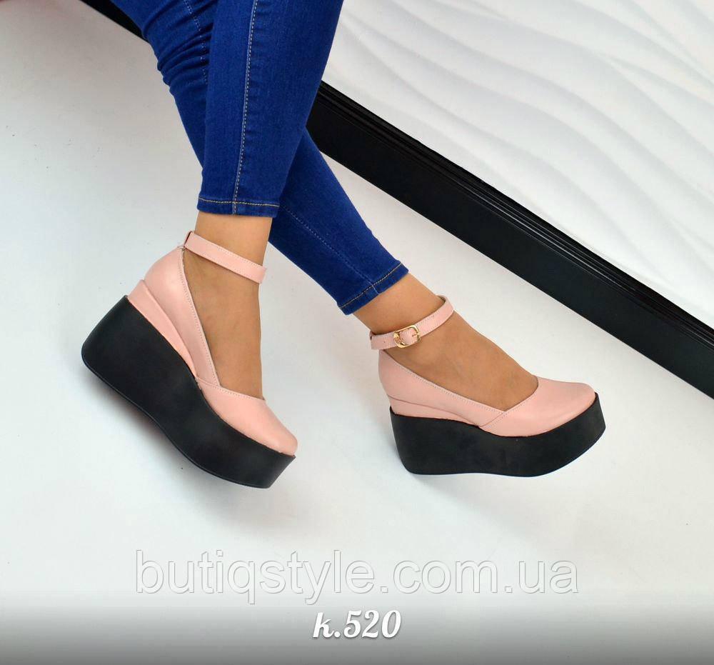 40 размер! Женские красивые туфли с пряжкой натур кожа пудра на черной танкетке