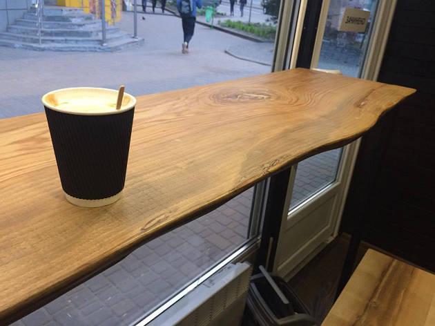 Барная стойка в кафе из массива дерева, фото 2