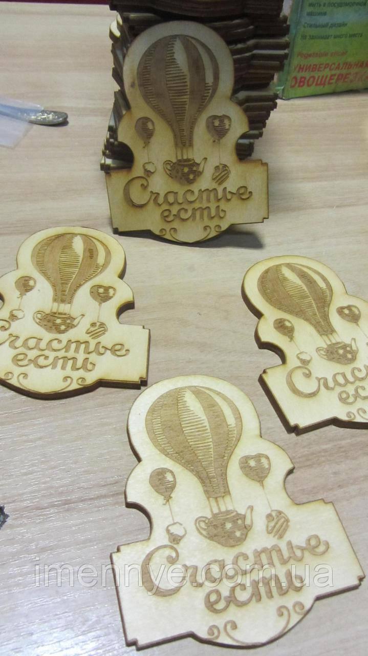 Резка деревянной фанеры с гравировкой логотипа