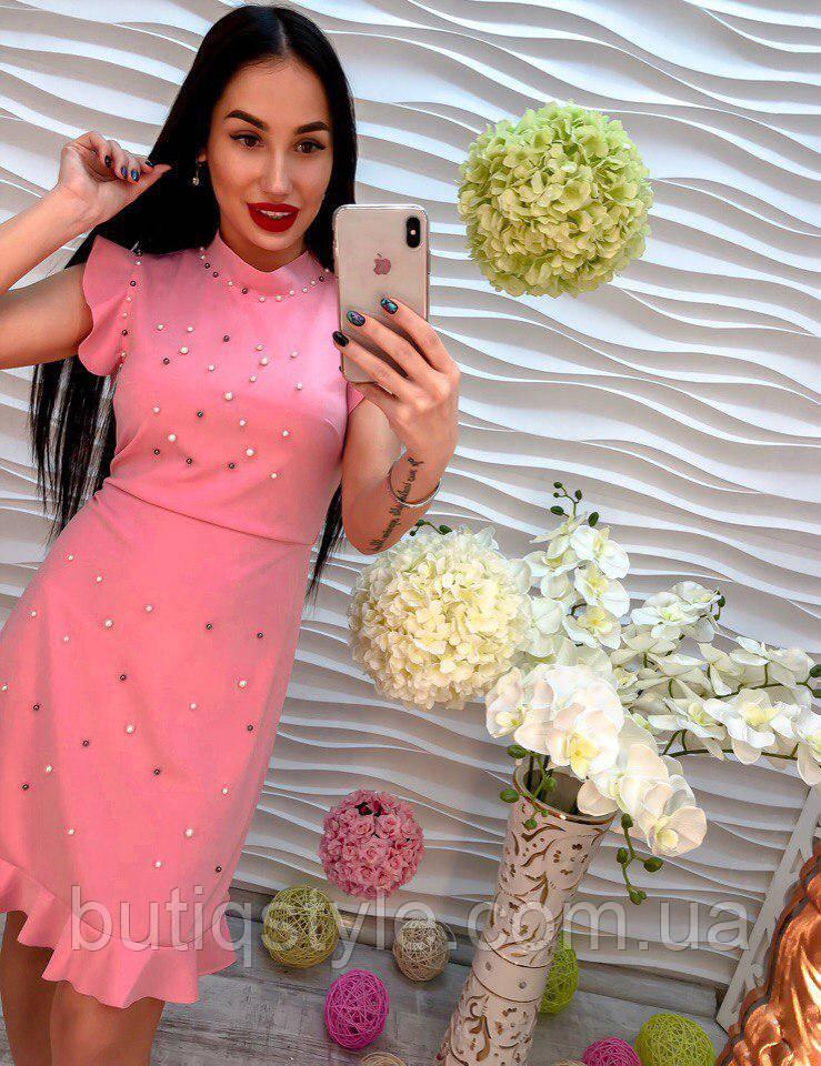 Стильное женское платье с оборками и жемчугом только розовое