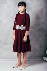 Нарядное детское платье с кружевом и пышной юбкой длины миди