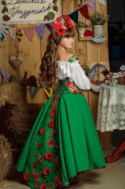 Украинские костюмы и венки