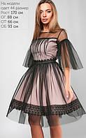 Нарядное пышное платье цвета пудры и черной сеткой по верх.