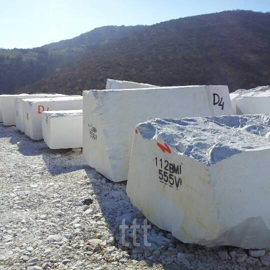 Мраморные белые блоки