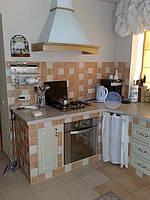 Кухня в деревенском стиле. Фасады массив столешница искусственый камень