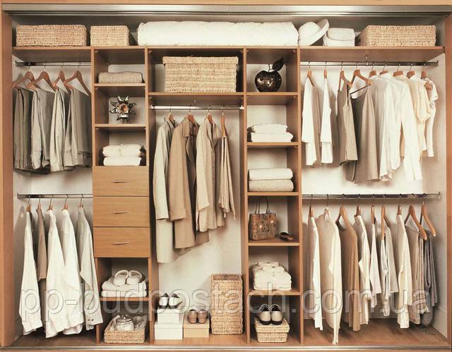 Квартира з шафами і меблями для зберігання речей