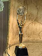 Статуэтка-кубок Оскар держит мир в руках