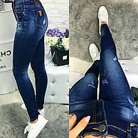 Женские модные зауженные джинсы-стрейч со стильными потертостями
