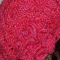 Вязаная женская шапка-берет с цветком розового цвета