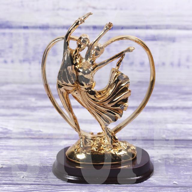 золотистая статуэтка влюбленной пары