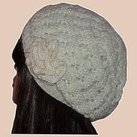 Вязаная женская шапка-берет с цветком жемчужного цвета