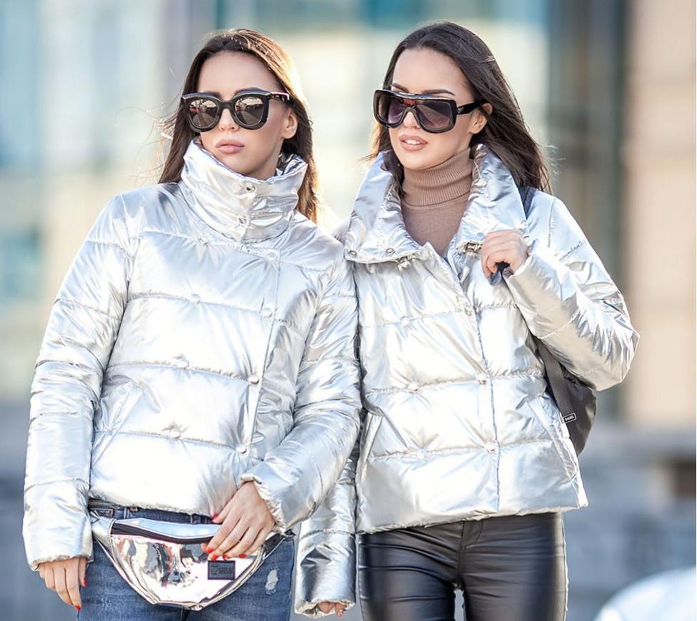 Короткая серебристая куртка на силиконе с ярким пояском на спине