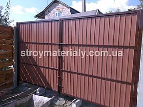 Вид ворот из двора. Профнастил под дерево Printech имеет толщину металла 0,5 мм и маркировку листа. В данном случаи окрашен двух с двух сторон.